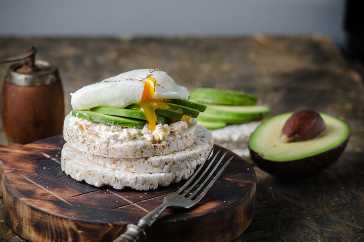 Rice cakes with egg and avocado