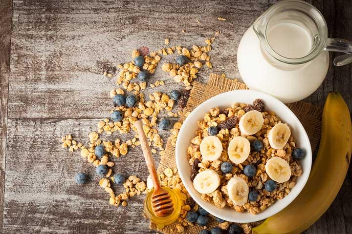 Banana and berry oatmeal porridge