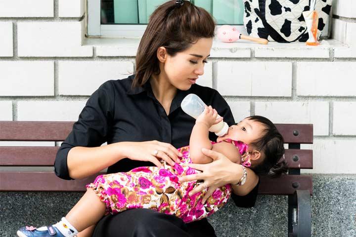 Baby Ko Bottle Se Dudh Pilana-1